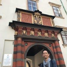 帝国宝物館。 歴史好きならウィーン行ったらこれだけはマストなのに、ホーフブルク王宮の一角にあるが、わざとかと思うほど入り口が目立たない。 きっと、オーストリア人は観光客にあまり見せたくないのだろう。 世界をどうやって支配するか というテーマに600年向き合った一族の、壮大で壮絶なサーガ。 House of Habsburgの興亡は、中世の支配体制の中で強大化し、ある意味巨大化しすぎて時代に合致しなくなり、新時代の波にのった他の新興国からの攻撃や支配下にあった帝国内の独立の遠心力を抑えられなくなり、最後は劇的に崩壊した。その歴史の証人とも言える財宝の数々が深淵に語りかけてくる、そんな空間でした。