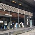 一風堂 サンフランシスコ店  日本のラーメンが恋しくなったらここ🍜  ダウンタウン中心のMission/Market Streetの間の歩行者天国のような場所にあるので、最初は少し探すかも👀  ラーメンだけでなく、日本のSakeもオシャレに提供しています🍶