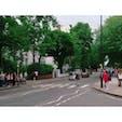 イギリス🇬🇧ロンドン  ビートルズのジャケットで撮影された有名な横断歩道🚶♂️  車通り多いスポットですが、信号がないので記念写真を撮りたい人は大変です。 #イギリス #ロンドン #アビーロード #街並み