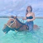 久米島から橋を渡った奥武島の畳石ビーチで「海馬遊び」という、海の中を乗馬出来る遊びがあります🐴🏝🌺🌸 綺麗な海に🏖🐠☀️ 可愛いお馬さん🐴❤️ 久米島旅行の1番の思い出です(﹡ˆ﹀ˆ﹡)