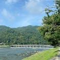 嵐山渡月橋 嵐山は桜や紅葉の名所として知られ、京都の中でもとくに人気の景勝地。そんな嵐山の中心的存在が「渡月橋」で、このあたり一体は京都の自然がダイレクトに感じられるとあって大人気です。  #サント船長の写真 #全国橋巡り