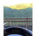 露天風呂に浸かりながら深く深呼吸。 朝日が山の緑を二色にわける。 しばし命の洗濯を。  #祖谷温泉