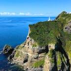 100メートルもの断崖絶壁が連なる北海道室蘭市の地球岬。展望台からは太平洋の一大パノラマを望むことができ、地球の丸さを体感することができます。青い海に映える真っ白な灯台はチキウ岬灯台。そこからさらに階段を上ったところにある幸福の鐘はカップルに人気。新年の願掛けに来る初日の出スポットとしても人気があります。#北海道 #室蘭 #地球岬