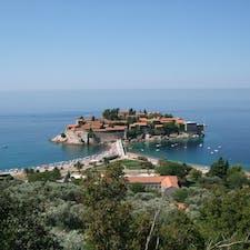 モンテネグロ スヴェティ・ステファン島 もと修道院の島だが今はアマンリゾート いつか泊まりたいが値段が・・
