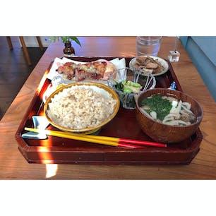 仙川にあるカフェ「niwa coya」で日替わり御膳のランチ。玄米か雑穀米か、合わせか選べます。いろんな野菜など使っていて、これだけで一日に必要な品目数をとれてそう。味も美味しい。  #東京 #東京ランチ #東京カフェ