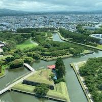 函館五稜郭  徳川幕府の命を受けた蘭学者・武田斐三郎が設計し、1864年に完成された、国内初の西洋式城郭です。五稜郭という名前のように、稜堡(りょうほ)と呼ばれる5つの角があり、星形の五角形となっています。星形の城郭は、防御側の死角が少ないなどの利点があり、ヨーロッパ各地に造られた城塞都市をヒントにしたもので、この形を「西洋式土塁」といいます。このような形の五稜郭は、日本では函館市の五稜郭と長野県佐久(さく)市の龍岡城(たつおかじょう)の2ヵ所だけとなっています。   #サント船長の写真 #北海道