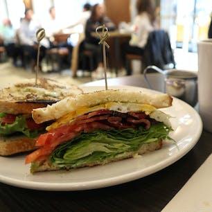 New York / Manhattan FRIEDMANS THEATER DISTRICT 朝食のボリューミーなサンドイッチ。薄切りのベーコンがたっぷり入って、酸味の効いたパンも美味しい。NYで食べるサンドイッチは想像以上に美味しいことが多いです。 #newyork #manhattan #friedmans