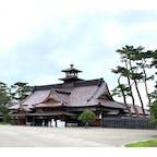 函館五稜郭 日本の北辺防備の拠点として設置された江戸幕府の役所で,当初は箱館山の麓に置かれていましたが、内陸の地に移転が計画され、五稜郭と共に1864年(元治元年)に完成しました。 1868年(明治元年)戊辰戦争最後の戦いとなる箱館戦争の舞台となり、1871年(明治4年)にわずか7年で解体されました。 その後、古写真や文献資料・古図面などの調査を元に検討を重ね、2010年(平成22年)に140年の時を経て箱館奉行所が復元されました。   #サント船長の写真 #北海道