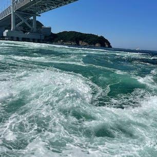 四国旅行 3日目    徳島 鳴門の渦潮、霊山寺  大潮の日で渦がたくさん見られた。近くで見る鳴門海峡大橋はめっちゃでかかった。