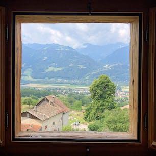 ハイジドルフ(スイス)2018.7.10 再現されたおじいさんの家の窓からの一枚。  バート・ラガツ(クララのおばあさまが泊まった温泉)からハイジドルフのあるマイエンフェルトへ行きました。 山々が本当に美しくて1日大自然を堪能しました。 時間がある方は是非、山の上までハイキングへ行くことをオススメします。(駅から往復4時間だそうです) 雨予報だったので断念… #nofilter