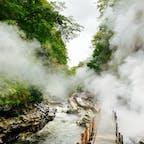 熱々高温の温泉が岩壁からシューシュー音を立てて噴き出してる小安峡大噴湯。今日は気温が7度ぐらいしかなかったけど、湯気の中にいる間だけはほんのり温かかった♨️