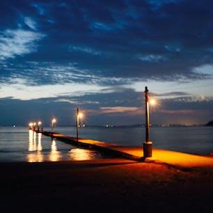 夜の桟橋はロマンチックですね。晴れた日の夕方は暮れゆく太陽のもと富士山と桟橋のコラボも素敵です。ここ出逢いの聖地からドラマが始まります!千葉県南房総市の原岡桟橋(岡本桟橋)