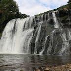 狭い坂を降りると、そこには公園!家族でピクニックなんかにはピッタリ。耳をすますと水の音が?奥に進むと高さ約20m、幅約65mの龍門の滝が現れる!迫力ある滝にしばし見とれるのだった!(栃木県那須烏山市)
