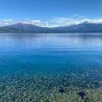 透明度抜群の田沢湖。お魚の群れが岸辺を泳いでいて、リアルスイミーな感じでした。