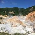 登別温泉の地獄谷。地面から温泉が滲み出てくる様子が、すぐ間近で見られました。