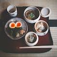 400年の歴史を持つ京都「瓢亭」さんの朝粥。これがほんとに楽しみだった♡  本店と別館があって迷いましたが、本店へ。 お庭が見える茶室のような小部屋が素敵で、朝ご飯前から清々しい気分に。  名物のトロトロ煮卵に、季節のお野菜の小鉢、鮎の塩焼き、繊細なお出汁の効いた汁物、鰹出汁の餡をかけて頂くお粥と、幸せ朝ご飯でした!!  #京都の朝ご飯