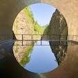 [2018/04] 新潟県、清津峡。 トンネル最奥に、ドーム状のアルミ(みたいな)天井、下には薄ーく張った水鏡で、写真のような空間を創り出している。
