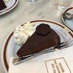 オーストリア🇦🇹ウィーン 劇的に甘かったザッハトルテ もっと美味しいチョコレートケーキを想像してた😅
