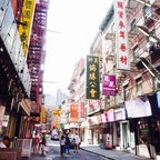 🇺🇸U.S.A./NYC/China town  アメリカンな建物に漢字で書かれた看板が並ぶ不思議な世界。 英語、北京語、広東語が飛び交っていました。  街の中の公園も中国そのもの! おじいちゃんおばあちゃんたちがカードゲームを楽しんでいました。  もちろん中華料理店もたくさんあるので、アメリカンな食べ物に疲れた時にもいいかも?