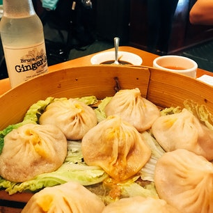 🇺🇸U.S.A./NYC/China town  なんといっても蟹小籠包! アメリカの脂ギッシュ、単純な味付けに飽きた時にはとっても癒されます。  しかしどのお料理も全てアメリカンサイズで運ばれてくるので注意。2人旅なら2品でストップしておきましょう。足りなければ別のお店で食べ歩きを楽しめばよし!  ジンジャーエールも美味しかったなあ。 スーパーで見かけた時に買ってしまいました。