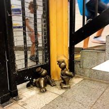 🇺🇸U.S.A./NYC/union square station  ニューヨークに着いて初めての乗り換え駅で見つけて、地下鉄の駅にもアートがあるなんて…と感激! 突然ホームでセッションが始まったり、乗車中、駅の間隔が長いときに歌手志望の青年が「コンサートの時間だ!」と言ってアカペラで歌い出したり、そしてそれを誰も嫌な顔せず聴いていたり。(チップを渡したり!)  地下鉄は、アメリカが自由な国であることを一番感じた場所です。