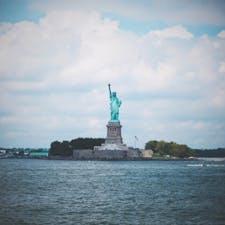 🇺🇸U.S.A./NYC/statue of liberty  マンハッタン島最南端のバッテリーパークから出ているスタテン島フェリー(無料!)からの景色です。  行きは船首右側に見えるので、ぜひ陣取ってください。風がとっても強いです。帽子やスカートには注意!  船の上で他の観光客と写真を撮り合うのも楽しい異文化コミュニケーションでした🤗