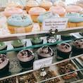 🇺🇸U.S.A./NYC/Magnolia bakery  映画「Sex & The city」に登場するカップケーキ屋さん。ニューヨーク市内に何店舗かありますが、オススメはハイライン近くのこのお店。お向かいにはマークジェイコブスの文具店があります。  開店と同時に入店し、カップケーキ片手にハイラインをチェルシーマーケットまで歩きました🍭 とっても気持ちよかったです。  ◾️ Address West 11th Street, 401 Bleecker St, New York, NY 10014, アメリカ合衆国  #ニューヨーク #マグノリアベーカリー #グルメ #女子旅