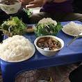 ベトナム🇻🇳ハノイ つけダレに野菜やお肉や練り物がたっぷり入っててとってもおいしかったブン・チャー ブンはフォーと同じ米麺だけど、そうめんに近い感じ!ベトナムは同じ米麺でも種類が豊富🤤