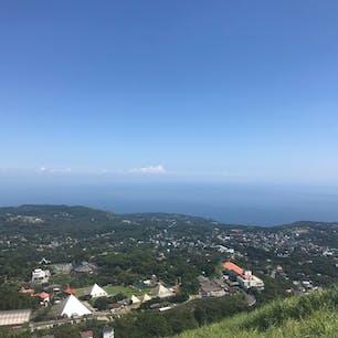 静岡県伊東市の大室山登山リフトに乗り 、山頂から相模灘を臨んでいます。