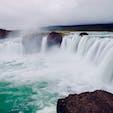 歩道がまだ未整備のため滝の真横まで行けます! 神々の滝。  アイスランド Goðafoss