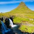 ケプラビーク空港でもパネルでお目にかかれますが、実物は…♪ 横と正面、見る角度で全く印象が違うアイスランド版富士山🗻  アイスランド Kirkjufell & Kirkjufellsfoss