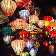 世界文化遺産の街、ホイアンでの1枚。日が沈むとそれぞれの店先のランタンに明かりが灯ります。色とりどりのランタンが幻想的でとても綺麗です。 #ベトナム #ホイアン #ランタン