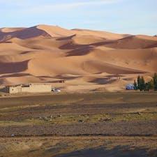モロッコ🇲🇦メルズーガで見かけた砂漠の境界。広大なサハラ砂漠は現在も拡大を続けている。