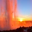 滝の裏側から夕日を眺める。 アイスランドの大自然が大自然すぎて、北欧の街歩きのモチベーションが上がらない。。 山や滝が恋しい。。💔  📍Iceland Seljalandsfoss
