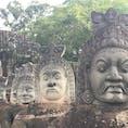 アンコール・トムの南大門の橋には、ヒンドゥー教の天地創世神話『乳海攪拌』の様子が! 石像はほぼ修復されたもの。1430年の隣国アユタヤの侵略と1970年に勃発した内戦の影響でかなり破壊され、当時のままの姿で残っているものはほとんどないのだとか。
