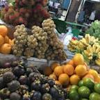 オールドマーケットは午前中は朝市をやっていて、地元の人で賑わっていました。値段は交渉制のお店が多いです。 ランブータンにランサ、マンゴスチンetc…東南アジアのフルーツは美味しいですね♡ #オールドマーケット#カンボジア#シェムリアップ