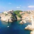 今はやりのクロアチア『ドゥブロブニク』🇭🇷青いアドリア海にオレンジの屋根が映える旧市街。魔女の宅急便や紅の豚を彷彿とさせる街。