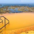 青森県深浦町にある「黄金崎不老ふ死温泉」。日本海と一体化した黄金色の露天風呂が人気で、混浴と女性専用風呂があります。温泉に浸かりながら日本海に沈む夕日が眺められるなんて、なんとも贅沢!日帰り入浴もあります。