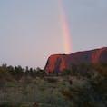 エアーズロック 2年前の珍しい写真です 前日にウルルを登頂し この日は小雨の中 だめもとで 朝日鑑賞へ  運がいいことに 雨がやみ 虹がかかりました この土地で誕生日を迎え 素敵なプレゼントをもらった気分でした😊