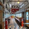和歌山電鐵のたま電内部です。 絵本あり、猫の足跡なり、ユーモアあり。 つり革が木で、ノスタルジック。