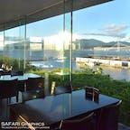 北海道室蘭(むろらん)市にある全面ガラス張りの絶景カフェ「宮越屋珈琲MUTEKIROU」からは、海に夕日に夜景に白鳥大橋まで眺められます。時間の経過とともにいくつもの景色が楽しめるカフェです☕️