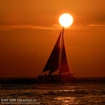 ハワイオアフ島のワイキキビーチでグリーンフラッシュを待っている間に撮影した一枚。年に数回しか起こらない、太陽が水平線に沈む一瞬だけ緑色に光るグリーンフラッシュ現象。見た人は幸せになれるという言い伝えがあります💕