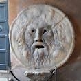 ローマ  真実の口 週末に行ったので物凄く並んでました。 ガイドさんにマンホールの蓋ですと説明され2度見してしまいました笑