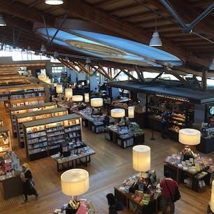 佐賀県武雄市にある武雄図書館✨ スターバックス併設✨