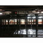 アメリカ、ニューヨークの、メトロステーション。 無機質で、どこか寂しげな線路の上にヒカリが射す瞬間に、落ち着きと不思議な温かさを感じました。