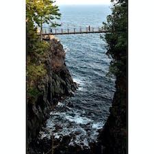【静岡】 城ヶ崎海岸にある断崖絶壁に架かる 絶景の橋「橋立吊橋」です。   吊橋は、高さも長さもあるため よりスリル感を味わうことができます。   水平線の上には伊豆大島が浮かび、 空気が澄んだ日であれば、 大パノラマの絶景とともに 利島、新島も見られます。   城ヶ崎海岸に行った際には 素晴らしい景観の吊橋にもぜひ寄ってみてください👍