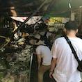 日本の寒さから逃げ、タイに行ってまいりました!! 初めてメークロン市場へ。 ホントにこんなに人が多いとこに電車が来るのかと疑ってましたが、、、ギリギリを通過しながらホントに来た!笑