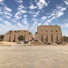 エジプト🇪🇬ルクソールのカルナック神殿①。4000年前の建物です。入ると巨大な柱が残ってます。