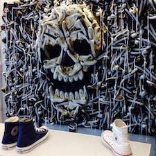 New York/SOHO Convers Flagship Store  ニューヨーク・ソーホーにあるコンバースのフラッグシップストアの店内ディスプレイ。スニーカーでドクロが描かれてます♪