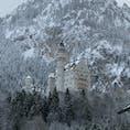 ドイツ🇩🇪のイノシュヴァンシュタイン城に行ってきました。 雪❄️景色のお城🏰は、とっても素敵でした。 山道を30分ほど歩きます。 部屋の中は、それぞれ趣があり素晴らしいです。 特にここの住人のルードヴィヒ2世の寝室は人を寄せ付けない異様な空間、そして装飾でした。